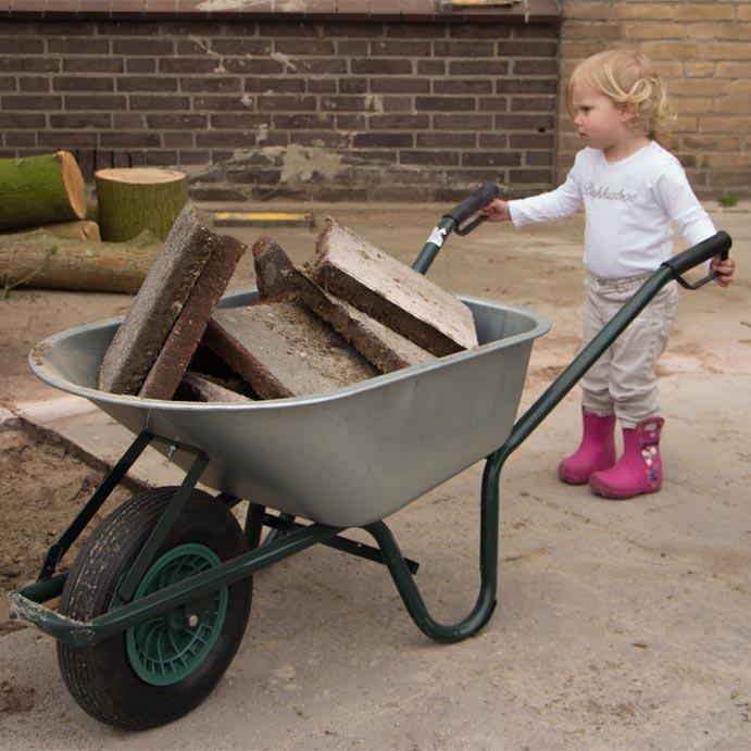 klein meisje met kruiwagen de tovertuin dongen